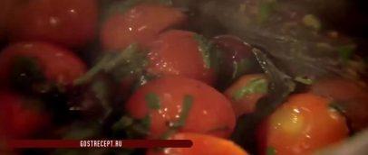 Перемешать. Дорада с травяным соусом и томатами.