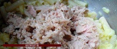 Теплый салат с тунцом консервированным. Тунцом консервированным
