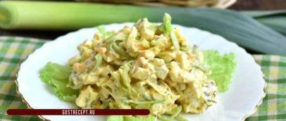 Салат весенний, с яйцами и луком-порей. Готовое блюдо.