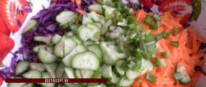 Салат с красной капустой и огурцом. лук