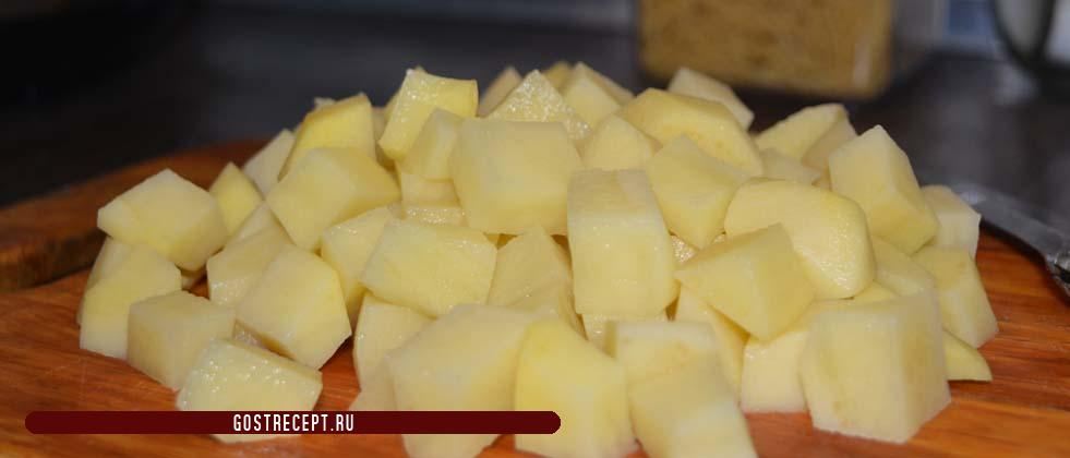 Kartofel narezannyj srednimi kubikami