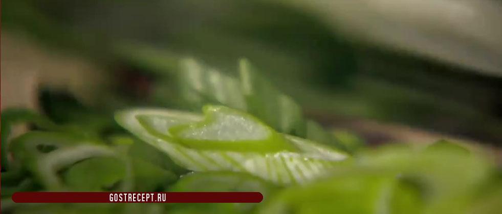 Зеленый лук. Ароматный жареный рис.