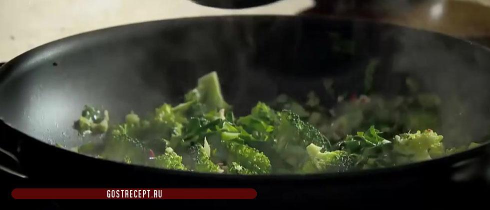 Зелень с брокколи. Ароматный жареный рис.