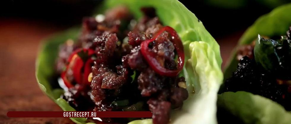 Beef chili in lettuce leaves