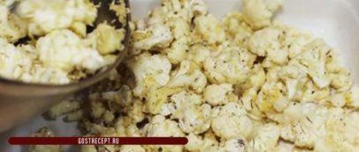 Цветная капуста, запечённая с сыром и чесноком. Специи.